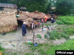 မြန္ျပည္နယ္၊ သထုံခ႐ိုင္၊ ေပါင္ၿမိဳ႕နယ္တြင္ မိုး႐ြာသြန္းၿပီး ေလျပင္းတိုက္ခတ္မႈေၾကာင့္ ေက်းရြာတခ်ိဳ႕ရွိ ေနအိမ္တဲမ်ား အမိုးလန္ ၿပိဳက်မႈတဲ့ ျမင္ကြင္း။ (ဓာတ္ပုံ - Myanmar Fire Services Department - ၾသဂုတ္ ၄၊ ၂၀၂၀)