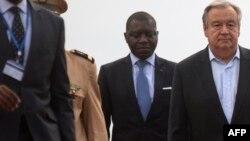 Le secrétaire général de l'ONU Antonio Guterres avec le ministre des Affaires étrangères Charles-Armel Doubane, à Bangui, le 24 octobre 2017.