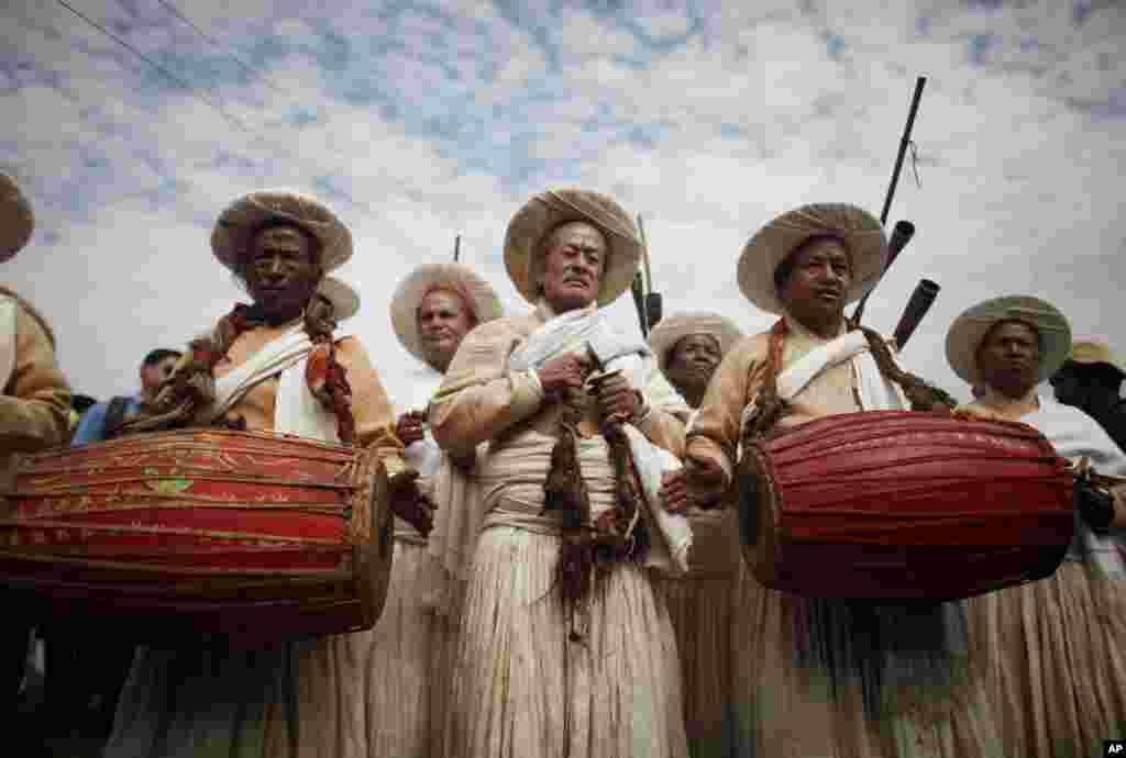 네팔 랄릿푸르 지역의 몽고계 네팔인들 축제에서 10일 성직자들이 전통악기를 연주하고 있다.
