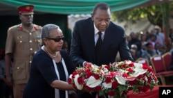 27일 우루후 케냐타 케냐 대통령(가운데) 최근 쇼핑몰 테러 공격으로 사망한 조카의 장례식에 참석했다.