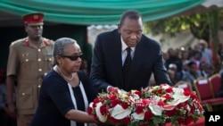 Tổng thống Kenya Uhuru Kenyatta và phu nhân viếng đám tang của người cháu trai Mbugua Mwangi và hôn thê của Mwangi, cả hai đã thiệt mạng trong vụ tấn công khủng bố tại thương xá Westgate Mall.