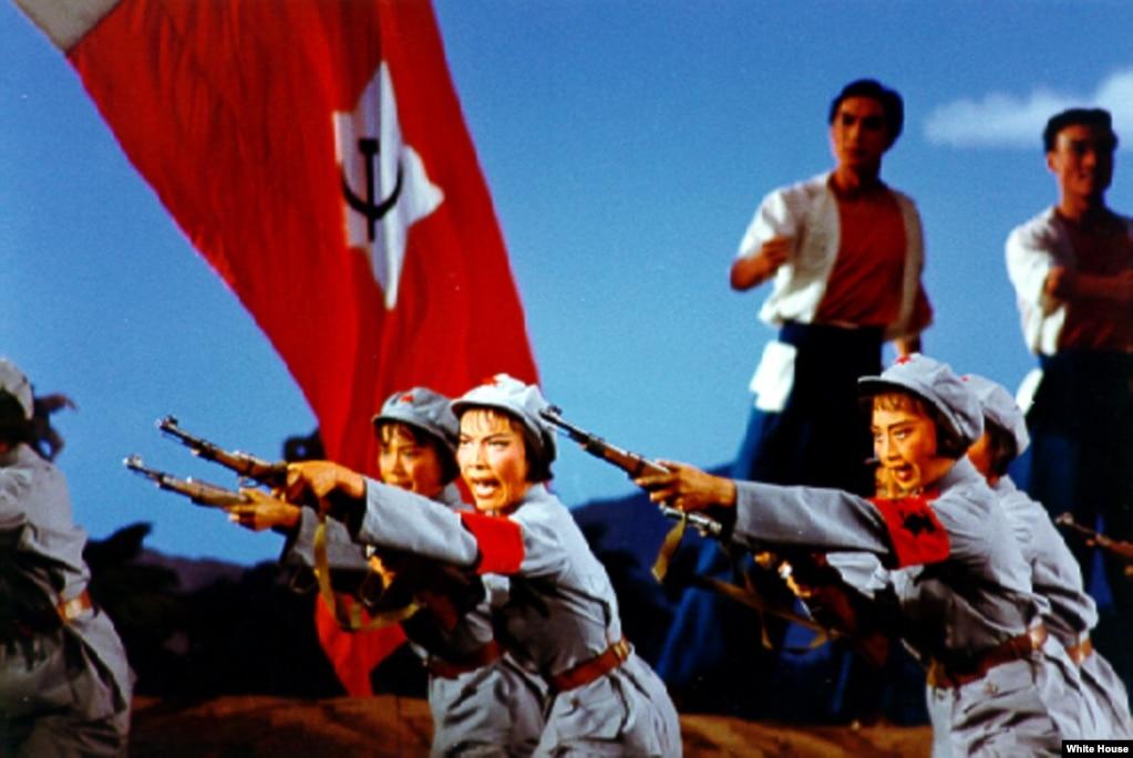1972年美國總統尼克松訪問中國時,中方請他觀看芭蕾舞劇《紅色娘子軍》。 白宮工作人員拍下這張照片