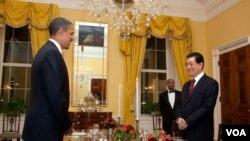 El presidente Barack Obama y el mandatario chino, Hu Jintao, en el histórico salón comedor familiar de la Casa Blanca, en la cena privada.