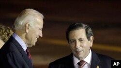 Wapres AS Joe Biden (kiri) disambut oleh Menlu Panama Fernando Nunez Fabrega setibanya di bandara internasional Tocumen, Panama (18/11).