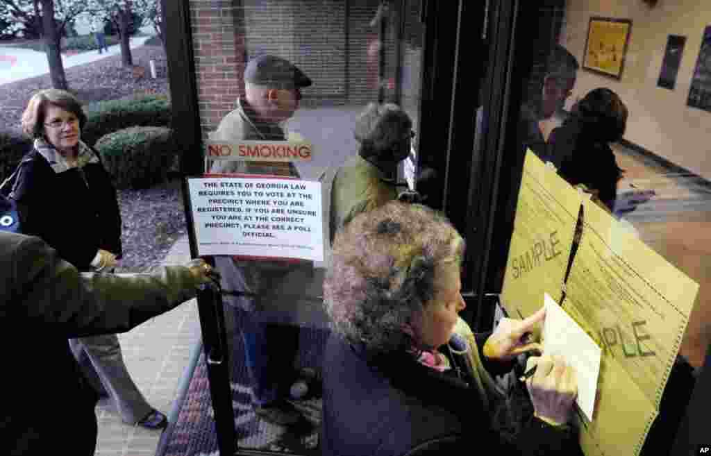 Bà Mary Lou Andrews điền thẻ chứng nhận cử tri tại trường Tiểu học Medlock Bridge ở Johns Creek, Georgia để bỏ phiếu trong cuộc bầu cử sơ bộ của đảng Cộng hòa, vào ngày 'Siêu Thứ Ba' (AP)