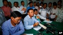 Wakil presiden Partai Penyelamatan Nasional Kamboja (CNRP) Kem Sokha (tengah) memberikan keterangan pers di kantor partai tersebut di Phnom Penh, Kamboja (12/8).