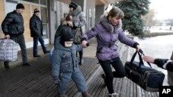 Người dân chuẩn bị lên xe buýt rời khỏi thị trấn Debaltseve, Ukraine, Thứ Bảy 31/1/2015.