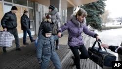 市民提着行李准备乘公车离开德巴尔切夫镇