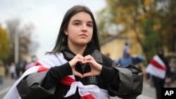 在明斯剋星期天的抗議中,一位白俄羅斯婦女比出抗議的手勢。