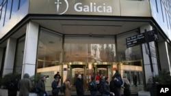 2일 오전 아르헨티나 수도 부에노스아이레스 한 은행 앞에 고객들이 줄 서 있다.