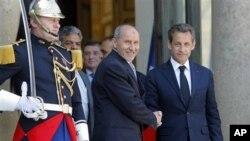 Le président français Nicolas Sarkozy et le chef du Conseil national de transition libyen (CNT), Mustapha Abdeljalil, à l'issue de leurs entretiens à l'Elysée
