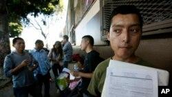 مهاجران فاقد مدارک قانونی در مقابل ساختمان مرکز خیریه موسوم به «ائتلاف برای حقوق انسانی مهاجران» در شهر لوس آنجلس - آرشیو