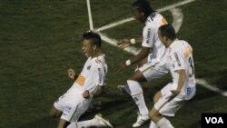 Neymar celebra su gol junto a Arouca y Leo, abriendo el camino para el tricampeonato del Santos.