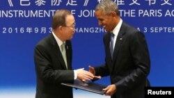 Le président américain Barack Obama, à droite, se serre la main avec le secrétaire général de l'ONU Ban Ki-moon lors d'une cérémonie de ratification conjointe de l'accord sur le changement climatique de Paris avant le sommet du G20 au Guest House de l'Etat à Hangzhou, Chine, le 3 septembre 2016.