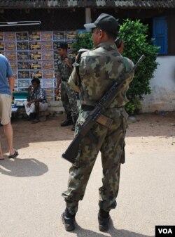 在重要建筑物前荷枪值勤的印度军人。(美国之音朱诺拍摄,2015年11月25日)