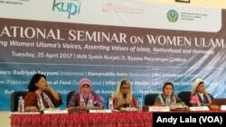 Ulama Perempuan dari berbagai negara berbicara dalam rangkaian acara Kongres Ulama Perempuan Pertama di Cirebon, Jawa Barat, Selasa (25/4)