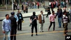 이집트 수도 카이로에서 2일 연쇄 폭탄 공격이 벌어진 가운데, 무장 경찰이 폭발 현장 주변을 지키고 있다.