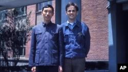 林培瑞(右)和一位复旦大学教授