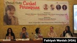 "Diskusi tentang buku ""Curhat Perempuan"" Tsamara Amany di Jakarta. (VOA/Fathiyah Wardah)"