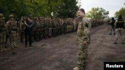 Presiden Ukraina Petro Poroshenko saat mengunjungi pasukan Ukraina di Slovyansk (9/7).