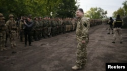 Президент України Петро Порошенко під час зустрічі з українськими військовослужбовцями, Слов'янськ, 8 липня 2014 року