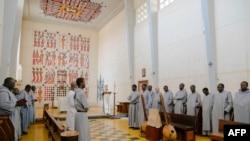 Les moines assistent à la messe à l'intérieur de l'église de l'abbaye de Keur Moussa, au Sénégal, le 19 mai 2021.