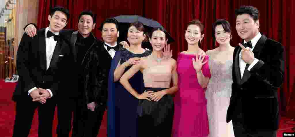 តួអង្គនៅក្នុងរឿង «Parasite» នៅលើកម្រាលព្រំក្រហមនៅពេលមកដល់ពិធីទទួលពានរង្វាន់អូស្ការ Academy Awards លើកទី ៩២ នៅហូលីវូដ ថ្ងៃទី ៩ ខែកុម្ភៈឆ្នាំ ២០២០។