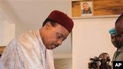 L'opposant nigérien en train de voter lundi 31 janvier à Niamey