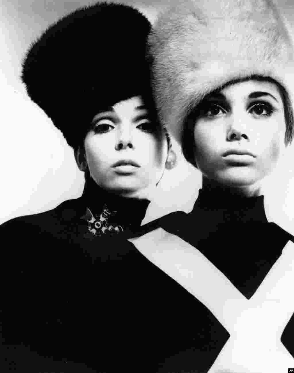امروز در تاریخ: سال ۱۹۶۷ – مد کلاه سبک قزاق الهام گرفته از روسیه در شهر نیو یورک در آمریکا.