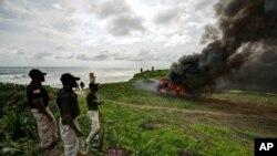 Giới chức Liberia giám sát việc đốt cần sa tại Paynseville, ngoại ô Monrovia, Liberia, ngày 15/11/2013.