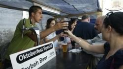 گزارش: جشن آبجوخوری اکتبر هر سال در يک دهکده فلسطينی در کرانه غربی برگزار می شود