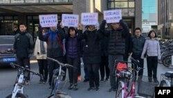 """十來名北京大學學生2018年12月28日在校園示威,抗議學校當局改組北大馬克思主義學會領導層。他們舉著""""要工農之馬會,不要官僚之馬會"""",""""堅決抗議改組""""等標語。"""