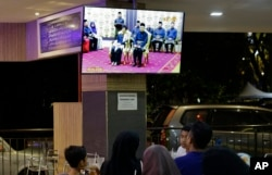 People at a restaurant watch TV showing former strongman Mahathir Mohamad being sworn in as the new Malaysian Prime Minister in Kuala Lumpur, Malaysia on May 10, 2018.
