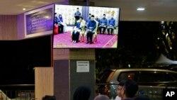 2018年5月10日,人们在马来西亚首都吉隆坡一家餐厅观看马哈蒂尔再次就任马来西亚总理的电视转播。