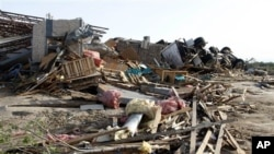 Tornado memporak-porandakan rumah penduduk di kota Woodward, Oklahoma (April 2012).