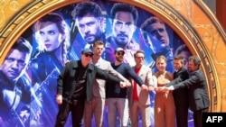 (Dari kiri ke kanan) Presiden Marvel Studios/Produser Kevin Feige, aktor Chris Hemsworth, Chris Evans, Robert Downey Jr., Scarlett Johansson, Mark Ruffalo dan Jeremy Renner menghadiri acara di TCL Chinese Theatre IMAX Forecourt, Selasa, 23 April 2019.