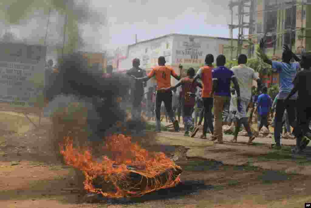 همزمان با برگزاری انتخابات در کنگو، معترضان نیز در خیابان حضور دارند. از سال ۲۰۱۶ این انتخابات ریاست جمهوری بارها به تعویق افتاده بود.