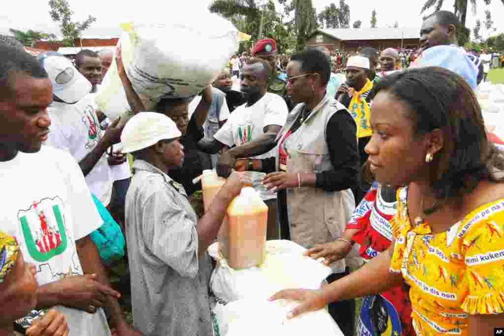Janet Kabila akitowa msaada kwa waathiriwa wa vita katika kijiji cha Uele ya Juu, jimboni Oriental
