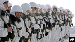 Tentara Rusia sedang melakukan latihan militer di dekat kota Ivanovo, sekitar 320 kilometer dari Moskow (Foto: dok/AP Photo/Mikhail Metzel). Kantor berita Rusia, Kamis (9/4), mengutip seorang wakil dari militer mengatakan 400 tentara dengan 30 jenis senjata terlibat dalam latihan-latihan di Trans-Dniester, sebidang tanah genting sempit antara Moldova dan Ukraina.