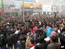 星期天下午聚集在北京王府井麦当劳快餐店门前的人群