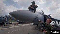 Binh sĩ Mỹ cài đặt bộ phận cảm biến radar hồng ngoại phía trước một máy bay chiến đấu AV-8B Harrier trên tàu tấn công đổ bộ USS Bonhomme Richard ở Vịnh Subic, Philippines.