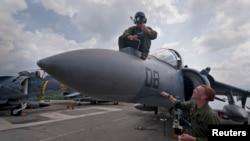 菲律賓蘇比克灣 - 美國兩棲攻擊艦上的戰機 (2012年10月資料圖片)