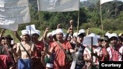 ကရင္ျပည္နယ္မွာ ျမန္မာတပ္မေတာ္ရဲ႕ လမ္းေဖာက္လုပ္မႈကို ကန္႔ကြက္ဆႏၵျပေနတဲ့ ကရင္ျပည္သူမ်ား။ (ဓာတ္ပုံ - Karen Peace Support Network, ေအာက္တုိဘာ ၃၀၊ ၂၀၁၉)