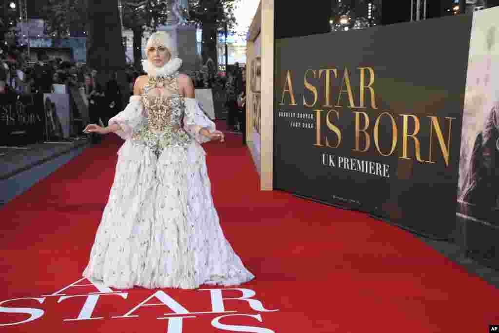 តារាសម្ដែងនិងតារាចម្រៀងLady Gaga ថតរូបនៅពេលមកចូលរួមការសម្ពោធខ្សែភាពយន្តឈ្មោះថា «A Star Is Born» នៅទីក្រុងឡុងដ៍ ប្រទេសអង់គ្លេស។