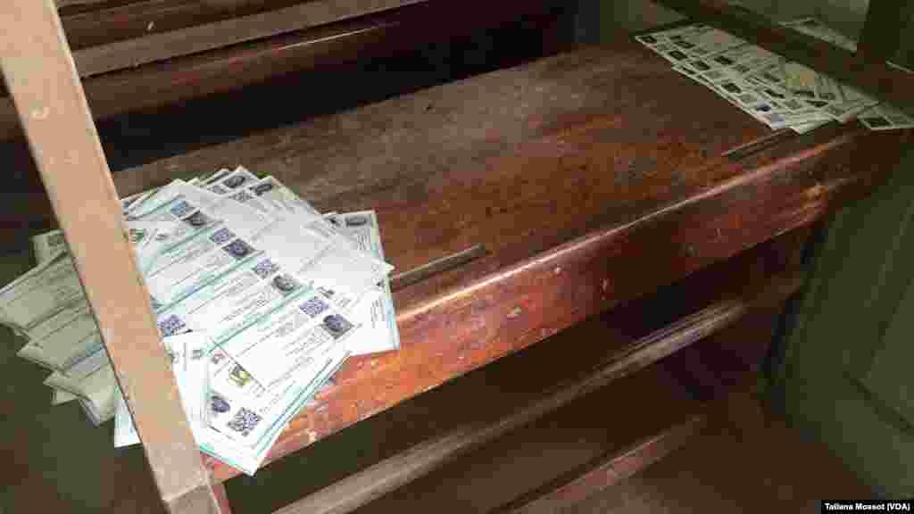 Dans un bureau de vote de la commune de Koumassi, à Abidjan, des cartes attendent leurs détenteurs.