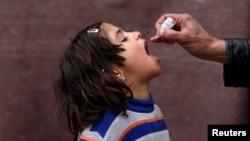 Los padres deben tener precaución para dar la dosis exacta de medicinas a sus hijos.