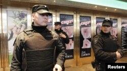 Policías argentinos vigilan el frente del teatro Gran Rex, donde se encontró una bomba con lo que se atentaría contra el expresidente colombiano Álvaro Uribe.