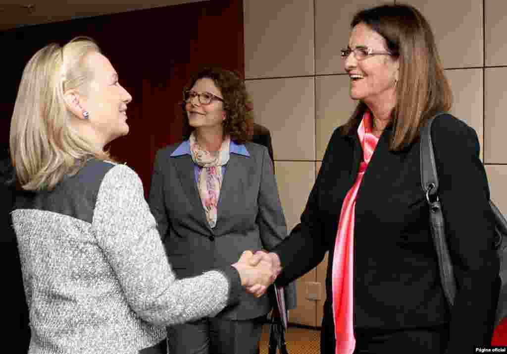 Maria da Graças Silva Foste, gerente de Petrobras, la empresa petrolera de Brasil, en esta foto con Hillary Clinton. (Cortesía Departamento de Estado).