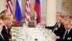 صدر ٹرمپ اور روسی صدر پوٹن سربراہ ملاقات کے بعد ظہرانے میں شریک ہیں۔