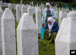 ARHIVA - Rođake žrtava na groblju u Potočarima 10. jula 2019. (Foto: AP)